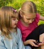 Los niños utilizan un teléfono móvil Fotos de archivo