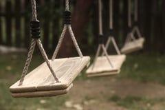 Los niños vacíos balancean en el parque Fotografía de archivo