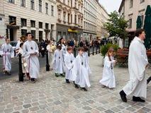 Los niños van al servicio de la iglesia católica Imagen de archivo libre de regalías