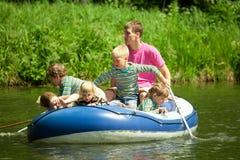 Los niños van para el mecanismo impulsor en el barco bajo supervisión Imagenes de archivo