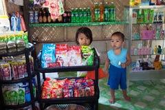 Los niños vienen a la tienda del pueblo imagen de archivo libre de regalías
