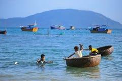 Los niños vietnamitas están jugando en barco de la cesta Fotos de archivo libres de regalías