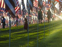 Los niños y los E.E.U.U. señalan el monumento por medio de una bandera del 11 de septiembre en Malibu Foto de archivo libre de regalías