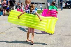 Los niños y explotan balsas Imagen de archivo libre de regalías