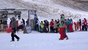 Los niños y los adultos engancharon a deportes de invierno en el montar a caballo de la casa de campo del esquí el MES almacen de metraje de vídeo