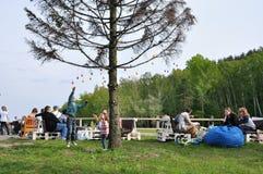 Los niños y los adultos, familias descansan en parque Foto de archivo libre de regalías