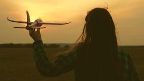 los ni?os juegan el aeroplano del juguete Sue?o de las muchachas del vuelo y de hacer un piloto C?mara lenta Hermanas felices de  almacen de metraje de vídeo