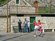 Los nietos vienen visitar a abuelos Foto de archivo