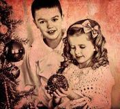 Los niños adornan en el árbol de navidad Imagen de archivo