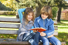 Los niños aprenden en naturaleza Imágenes de archivo libres de regalías