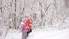 Los niños cansados salieron de niños nevados de un bosque encuentran su camino de casa almacen de metraje de vídeo