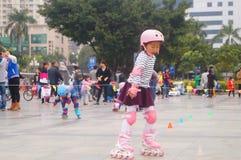 Los niños chinos aprenden patinaje sobre ruedas el domingo Fotografía de archivo