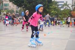 Los niños chinos aprenden patinaje sobre ruedas el domingo Imagen de archivo