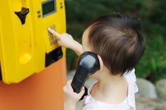 Los niños chinos hacen una llamada telefónica Fotografía de archivo libre de regalías