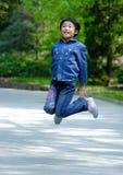 los niños chinos saltan Foto de archivo