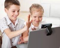 Los niños comunican con en línea Foto de archivo libre de regalías