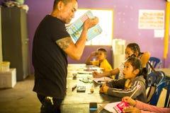 Los niños en la lección en la escuela del camboyano del proyecto embroman cuidado para ayudar a niños privados Imágenes de archivo libres de regalías