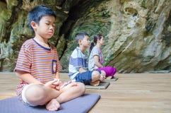 Los niños en la meditación practican Foto de archivo libre de regalías