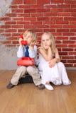 Los niños hermosos se sientan en el bolso Imagen de archivo libre de regalías