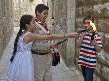 Los niños palestinos llevan a cabo candeles Fotografía de archivo