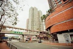 Los niveles de calles con los rascacielos y ayunan conduciendo los coches en la tarde Imagen de archivo