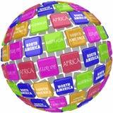 Los nombres continentes del mundo en las tejas del globo 3d viajan alrededor de la tierra Imagen de archivo libre de regalías