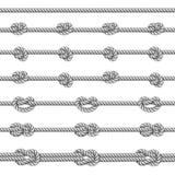 Los nudos náuticos blancos de la cuerda fijaron sobre fondo beige Imágenes de archivo libres de regalías