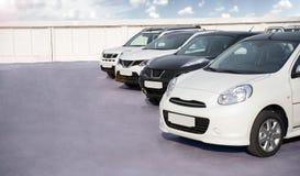 Los nuevos coches están en el estacionamiento Foto de archivo libre de regalías