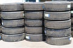 Los nuevos neumáticos del camión apilan para arriba Fotografía de archivo
