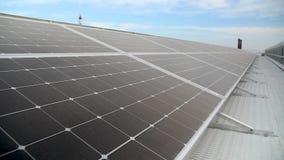 Los nuevos paneles solares modernos de la fuente de energía almacen de video