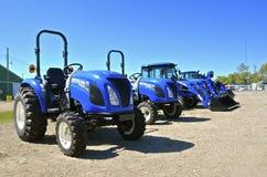 Los nuevos tractores de Holanda en la exhibición en una granja muestran Fotos de archivo