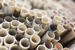 Los nuevos tubos de agua plásticos pusieron en una pila en el almacén Imagen de archivo