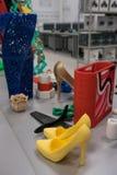 Los objetos coloridos brillantes imprimieron en una impresora 3d en una tabla blanca en laboratorio nano imagen de archivo