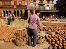 Los objetos de la cerámica son secados al sol y exhibidos para las ventas en el cuadrado de Bhaktapur Durbar, Katmandu Imagen de archivo libre de regalías