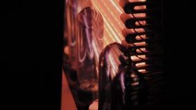 Los objetos semitrabajados del ANIMAL DOMÉSTICO se mueven en línea del horno de la calefacción en velocidad rápida El plástico em almacen de metraje de vídeo