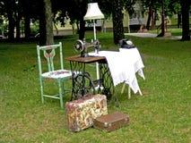 Los objets elegantes lamentables decoupaged en un estampado de flores del vintage en día de verano imagenes de archivo