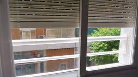 Los obturadores de la ventana del metal se aumentan para arriba