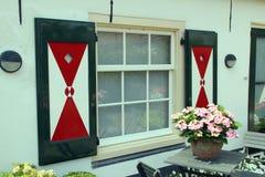 Los obturadores pintados con el triángulo diseñan en ventana holandesa en Wassenaar, Holanda Imagen de archivo libre de regalías