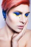 Los oídos cerrados de la persona y no quieren escuchar griterío político de las mentiras Símbolos y colores ucranianos Fotografía de archivo libre de regalías