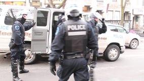 Los oficiales de la policía antidisturbios en engranaje lleno salen la furgoneta de policía almacen de metraje de vídeo