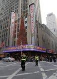Los oficiales de NYPD regulan tráfico durante embotellamiento cerca teatro de variedades la ciudad de la radio de la señal de New  Foto de archivo