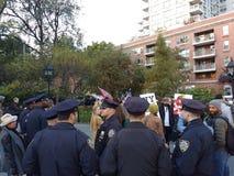 Los oficiales de policía acercan a los manifestantes, Washington Square Park, NYC, NY, los E.E.U.U. Foto de archivo libre de regalías