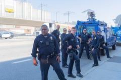 Los oficiales de policía durante las familias pertenecen juntos marcha foto de archivo