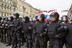 Los oficiales de policía en antidisturbios bloquean una perspectiva de Nevsky Imágenes de archivo libres de regalías
