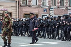 Los oficiales de policía en antidisturbios bloquean una perspectiva de Nevsky Fotos de archivo libres de regalías