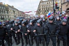 Los oficiales de policía en antidisturbios bloquean una perspectiva de Nevsky durante una protesta de la oposición Foto de archivo