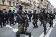 Los oficiales de policía en antidisturbios bloquean una perspectiva de Nevsky durante una protesta de la oposición Fotografía de archivo libre de regalías