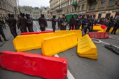 Los oficiales de policía en antidisturbios bloquean una perspectiva de Nevsky durante una protesta de la oposición Fotos de archivo libres de regalías
