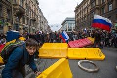 Los oficiales de policía en antidisturbios bloquean una perspectiva de Nevsky durante una protesta de la oposición Fotografía de archivo