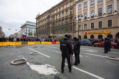 Los oficiales de policía en antidisturbios bloquean una perspectiva de Nevsky durante una protesta de la oposición Imagen de archivo libre de regalías